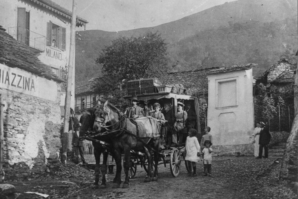 Miazzina_Piazza-Secchi-corriera-a-cavallo